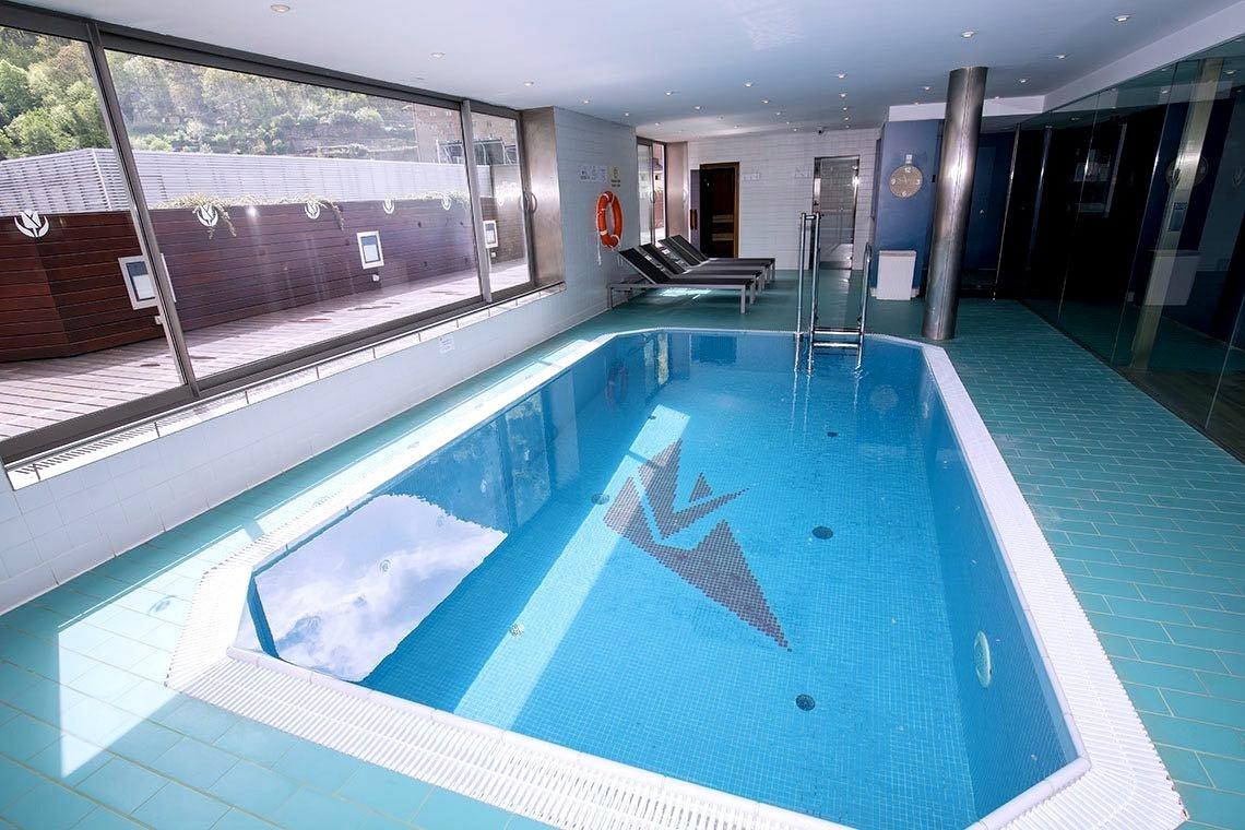 Spa con zona de aguas, piscina y sauna