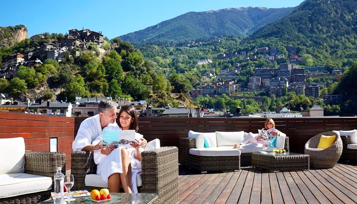 Hotel amb solàrium i vistes a les muntanyes