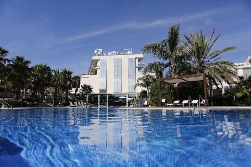 Piscina del hotel Gran Palas Experience